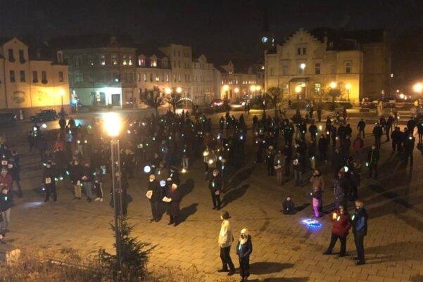 Etwa 200 Personen forderten am Sonntag auf dem Markt in Wilkau-Haßlau den Erhalt des Haribo-Werkes in der Stadt.