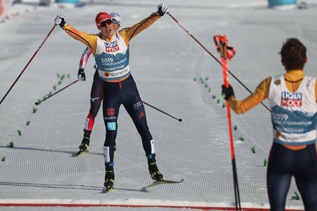 Bronze gerettet: Eric Frenzel überholt Akito Watabe und wird von seinem Teamgefährten Fabian Rießle in die Arme geschlossen.