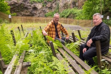 Gerd Weidner (r.), Vorstandsmitglied der Berg- und Hüttenknappschaft Seiffen, sowie Tino Günther, Vorsitzender des FDP-Ortsverbandes, besprechen den geplanten Arbeitseinsatz in der Binge.