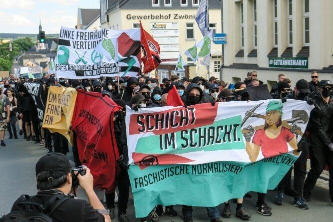 Als dicht gedrängter Block zogen die Antifa-Gruppen durch Zwönitz, hier in der Bahnhofstraße.
