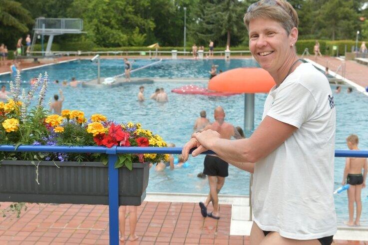 """Sylke Linek ist Rettungsschwimmerin im Badepark Reinsberg. Sie und ihre Mitstreiter vom Verein """"Reinsberg.er.leben"""", der das Freibad gemeinsam mit der Gemeinde Reinsberg betreibt, können sich freuen: Dank der Fördermittel für """"Vitale Dorfkerne"""" wird das Bad ab September saniert."""