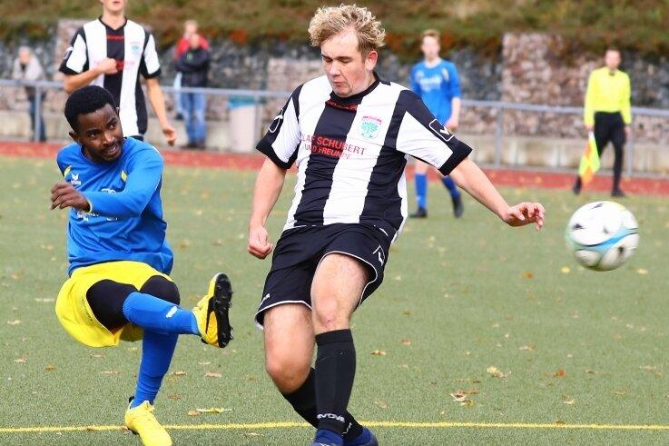 Mamdou Djouhe Bah (l.) erzielte für die A-Junioren des VfB Annaberg den goldenen Treffer im Sachsenpokalspiel gegen Possendorf.