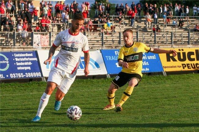 Felix Drinkuth (links) entwischt im Testspiel beim VFC Plauen Gegenspieler Fabian Stein.