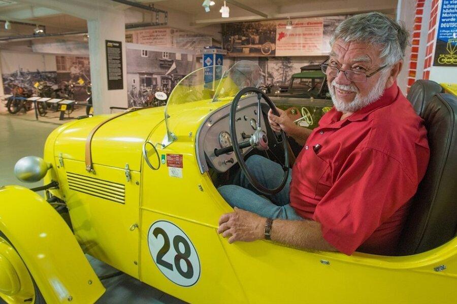 """Museumsgründer und Autonarr Frieder Bach in einem seltenen Ifa-DKW-Rennwagen vom Typ F8 MSG, was für """"Motorsportgemeinschaft"""" steht. Von dem Fahrzeug wurden 1949 im alten Zwickauer Audi-Werk nur vier Stück gebaut. Dieses hier steht heute im """"Museum für sächsische Fahrzeuge"""" in Chemnitz."""