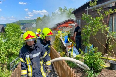 Feuerwehr löscht Laubenbrand in Buchholz