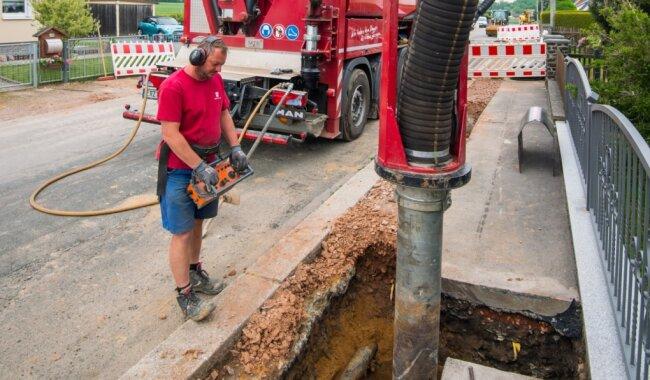 Jörg Floh (Foto) baggert in einem Kabelgraben mit einem Saugbagger.