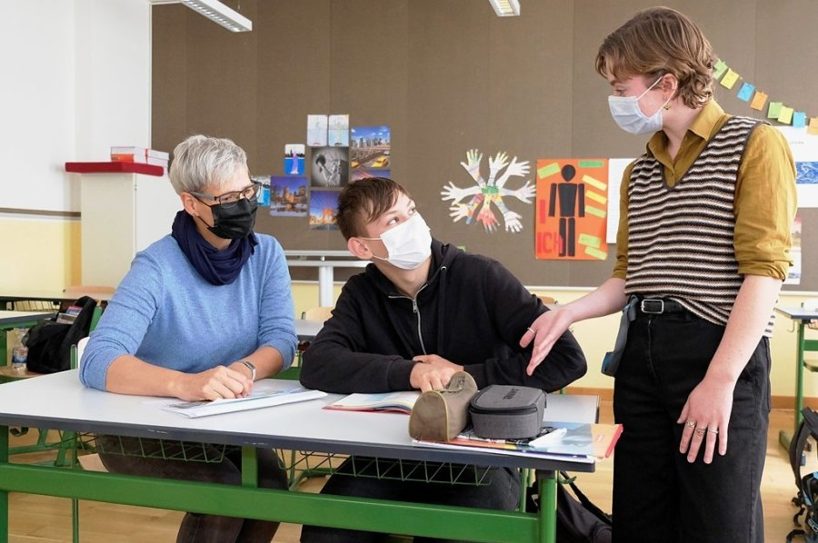 Elisabeth Davis im Unterricht der 8 a mit Englischlehrerin Barbara Dreyer und David Brunner.