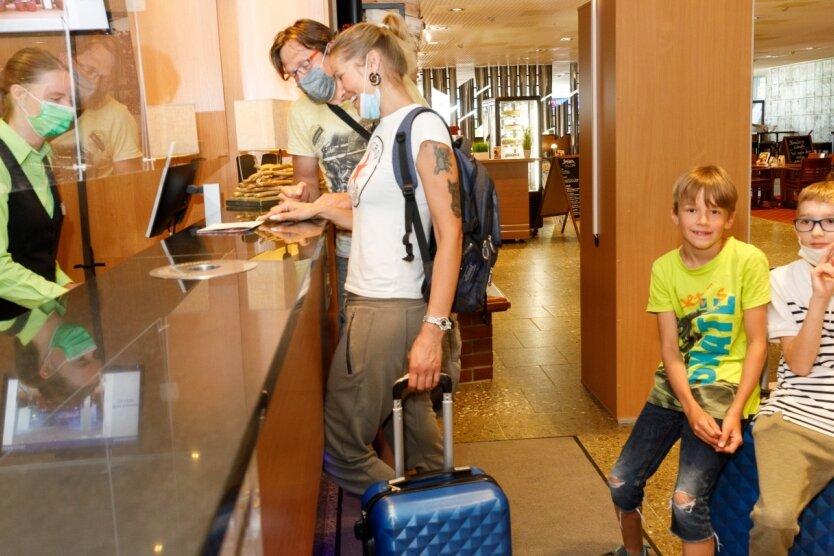 Susie Gehlsdorf und René Kösling haben mit dem zehnjährigen Paul und dem neunjährigen Felix das erste Mal spontan Oberwiesenthal im Sommer gebucht. Die Potsdamer haben im Ahorn Hotel am Fichtelberg eingecheckt. Sie wollen unter anderem Monsterroller und Flyline fahren.