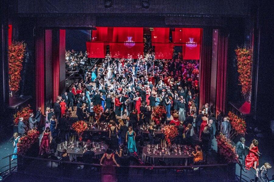 Alles rot - so feierte Chemnitz seinen Opernball