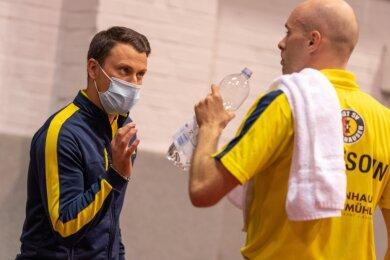 Klare Ansprache auch mit Maske: Erik Schreyer gibt Bundesliga-Spieler Daniel Habesohn vom Post SV Mühlhausen Hinweise für den nächsten Satz. Darüber hinaus gilt der Vogtländer als großer Motivator.