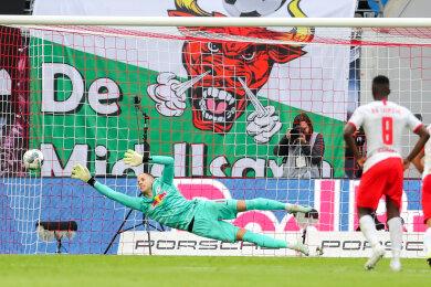 Schalkes Amine Harit (2.v.l.) trifft gegen Leipzigs Torwart Peter Gulacsi beim Elfmeter zum 0:2.