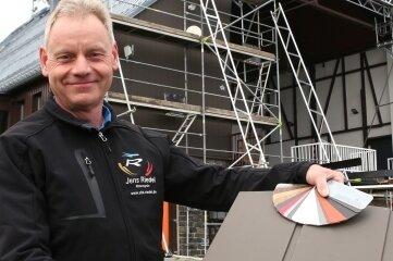 Jens Riedel hat der Bergstation zu einem frisch verkleideten, wettergeschützten Giebel verholfen.
