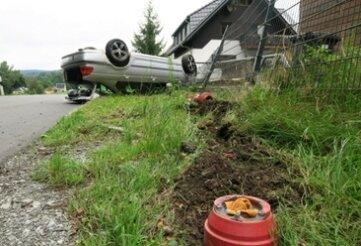 Bei einem Unfall in Raschau-Markersbach landete ein Auto auf dem Dach an einem Zaun.