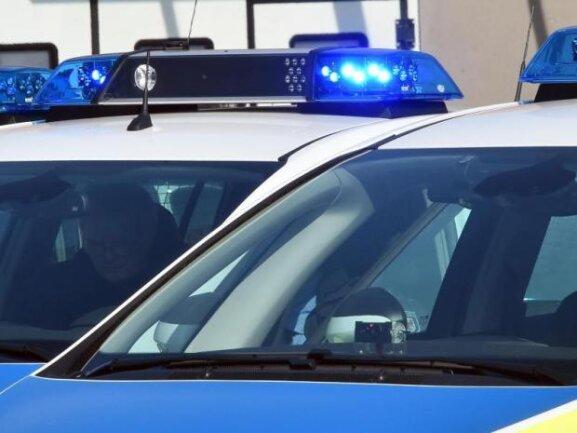 In einer Klinik endete der Dienstag für einen Mann: Er war mit einer Waffe gesehen worden, für die er keinen Schein hatte. Danach beschädigte er mehrere Autos.