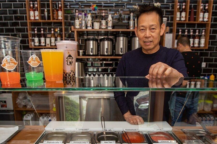 Mitarbeiter Minh Nguyen zeigt das Angebot des trendigen Mischgetränks und des sogenannten Toppings - kleine Geleekügelchen.