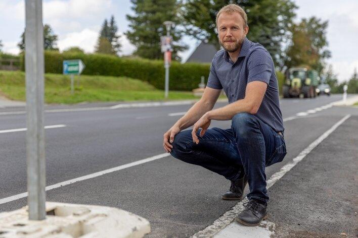 Ortschef Thomas Mey an der B 95 in Schönfeld. In diesem Bereich konnte ein Stück Gehweg zusätzlich geschaffen werden. Allerdings muss die Gemeinde mehr Geld als gedacht dafür selbst aufbringen.