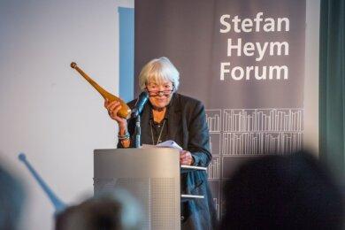 Fast 19 Jahre nach dem Tod Stefan Heyms wurde nun sein Werk, aber auch sein Leben mit einem Gedenk- und Arbeitsort bedacht. Inge Heym staffierte den Raum auch mit einer Keule aus.
