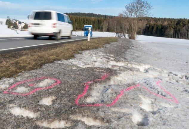 Am Morgen darauf wiesen an der B 174 nur noch Spuren im Schnee und Markierungen auf den tragischen Unfall hin. Foto: Kristian Hahn/Archiv