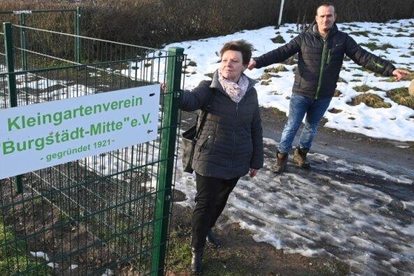 Birgit Pabst und Kai Rieger vom Kleingartenverein stehen am Eingang der Anlage an der Straße Am Stadion. Die Zufahrt soll entfallen.