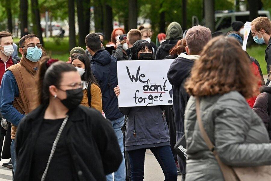 """""""We don't forget"""", wir vergessen nicht, steht auf dem Plakat einer Teilnehmerin der Kundgebung am Dienstag auf der Hartmannstraße."""