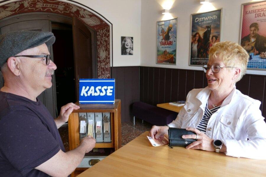 Lange hat Konstanze Graubner darauf gewartet: Nach einer gefühlten Ewigkeit kann sich die Gelenauerin an der nostalgischen Kasse des örtlichen Clubkinos bei Peter Fabisch endlich wieder ein Ticket kaufen.