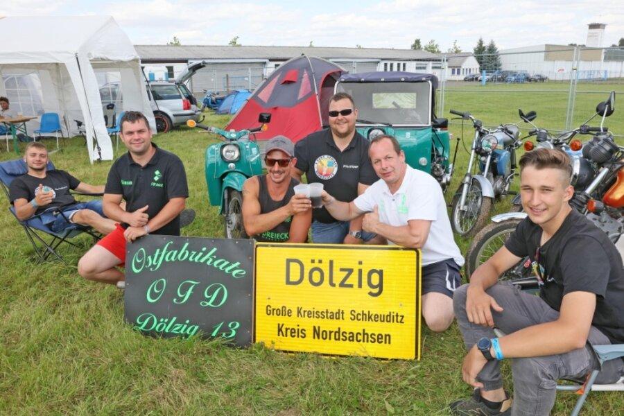 Simson-Fans aus Dölzig bei Leipzig sind Stammgäste und kommen immer ganz zeitig, damit ihr bevorzugter Platz noch nicht besetzt ist. Sie freuten sich über das gute Wetter, nur beim Abbauen am Sonntag regnete es leicht.