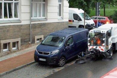 Die Reinigungsfahrzeuge müssen in Plauen um geparkte Autos manövrieren, der Schmutz am Bordstein bleibt derweil liegen.