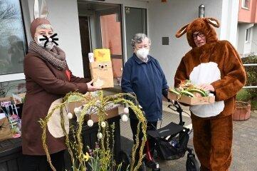 """Christin Georgi von """"Wir sind Lößnitz"""" (li.) und Rüdiger Karolczak im Kostüm haben Reina Ibler eine Überraschung gebracht."""