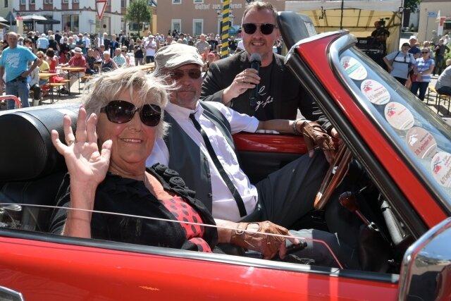 Dietmar und Hannelore Queck aus Eibenstock mit Moderator Silvio Zschage bei der Vorstellung der Oldtimer, bevor der Startschuss für die Rundfahrt Erzgebirgs-Classic fiel.