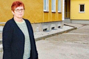 Schulleiterin Andrea Oeser auf dem Pausenhof.