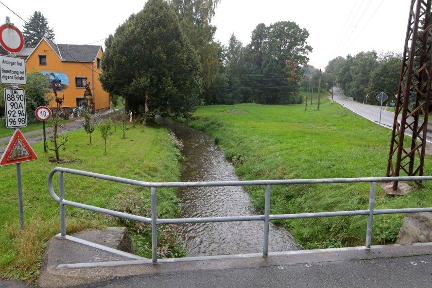 Nahe der Goldenen Aue in Langenchursdorf soll künftig im Fall einer Flut eine Hochwasserschutzmauer auf 130 Metern Länge die Wohnbebauung vor den Wassermassen des Langenberger Baches schützen.