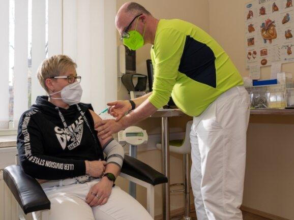 Auch Schwester Diana Wagner nimmt das Impfangebot in der Auerbacher Praxis von Steffen Heidenreich wahr.