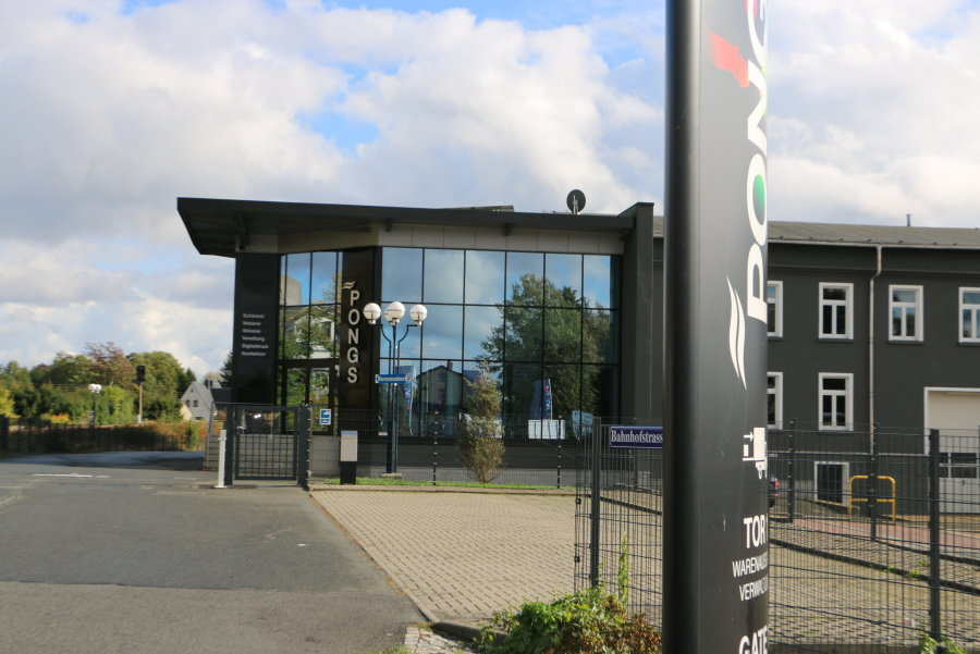 Der Haupteingang der Firma Pongs Technical Textiles GmbH in Mühltroff. Der Brandort befindet sich auf dem Betriebsgelände, ist von der Straße nicht einsehbar.
