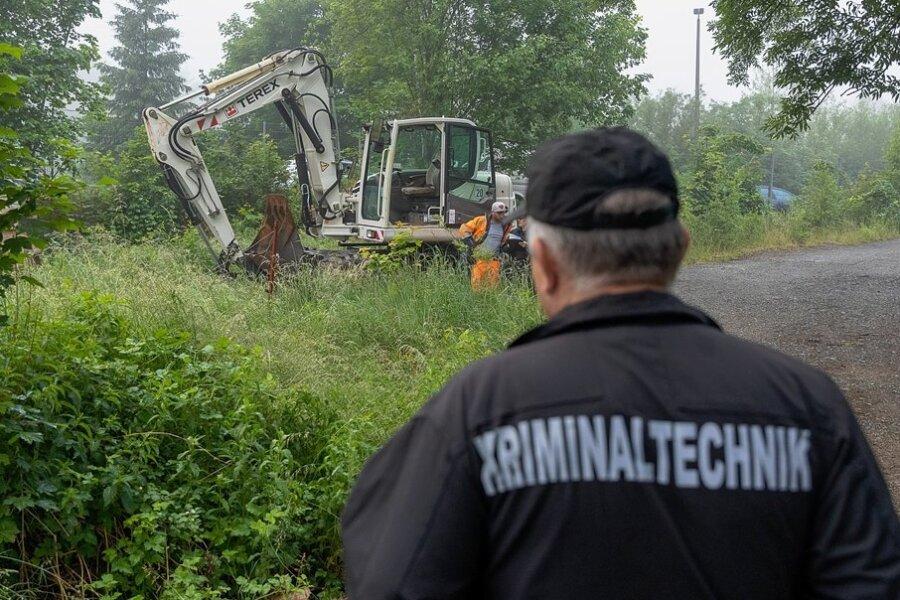 Am 21. Juni waren Polizei und Umwelt-Experten zu einem Firmengelände an der Auerbacher Robert-Blum-Straße zu einer Durchsuchungsaktion angerückt. Etliche Proben wurden genommen. Doch Ergebnisse stehen gut sieben Wochen später noch aus. Foto: David Rötzschke/Archiv