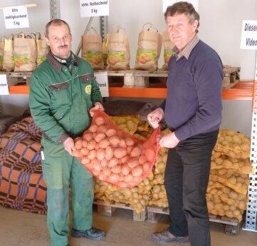 "<p class=""artikelinhalt"">Ronny Schmidt und Lothar Eckardt mit den prämierten Kartoffeln.</p>"