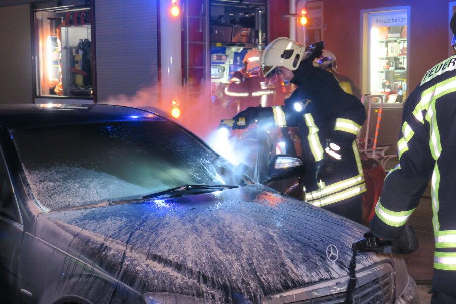 In Aue brannte am Sonntagabend ein Mercedes, nachdem ein Böller auf der Frontscheibe gelandet war.