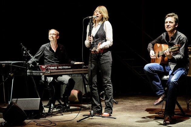 Fantastische Stimme, hinreißende Live-Performance, eingebettet in grandiose Musik - Vorhang auf für das begeisternde Cristin Claas Trio!