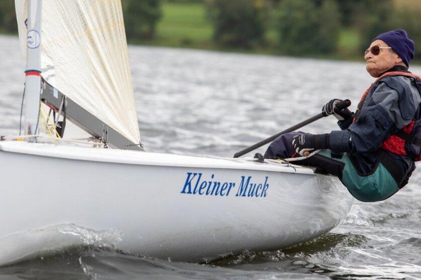 81-Jähriger steuert sein Finn Dinghy auf den fünften Platz