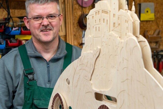 Mike Seeger fertigt in seiner Werkstatt in Penig Lichterbögen und Fensterbilder. Momentan arbeitet er unter anderem an einem Modell der Burg Kriebstein.