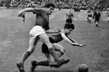 Schuss von Eberhard Franz (l.) im Punktspiel der DDR-Oberliga zwischen Motor Zwickau und Lok Stendal (3:1) am 10. Mai 1964.