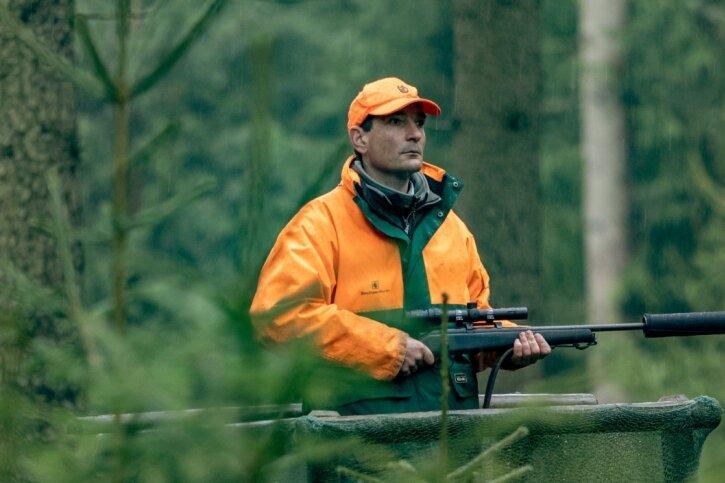 Johannes Riedel, der Leiter Staatsforstbetrieb im Forstbezirk Neudorf, kürzlich bei einer Drückjagd in der Nähe des Markersbacher Oberbeckens. Er hat den Kurswechsel im Jagdsystem maßgeblich mit eingeleitet und ist nach wie vor fest überzeugt davon, dass damit der richtige Weg eingeschlagen wurde.