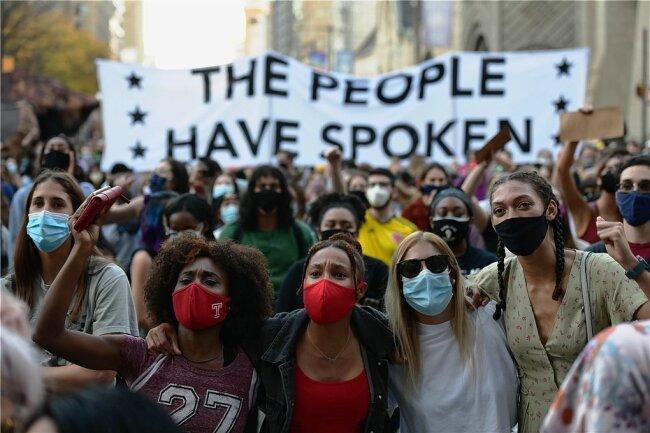 """""""Das Volk hat gesprochen"""": In Philadelphia feiern Demonstranten den gewählten Präsidenten Joe Biden. Amtsinhaber Donald Trump weigert sich bisher, seine Niederlage einzuräumen."""