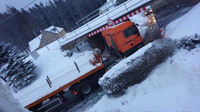 Hier kam der Laster nicht durch: Die Brücke über die Paßstraße in Kühberg hat eine Durchfahrtshöhe von 3,3 Metern.