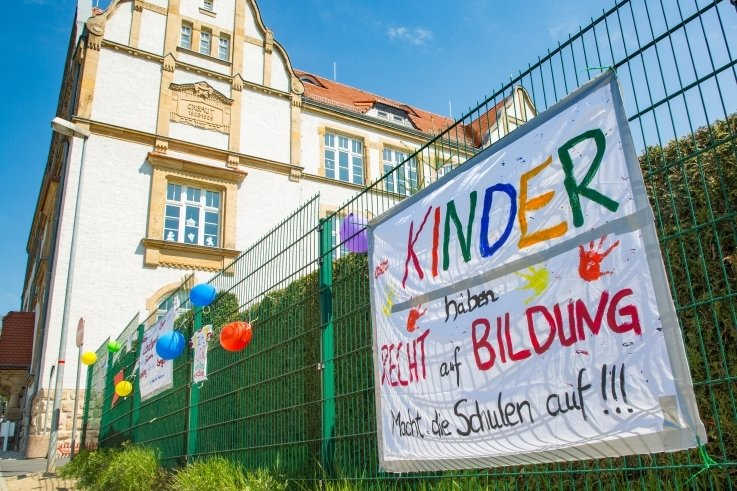 Plakate wie dieses am Zaun nahe der Friedrich-Schiller-Grundschule bewegen die Gemüter in Flöha.