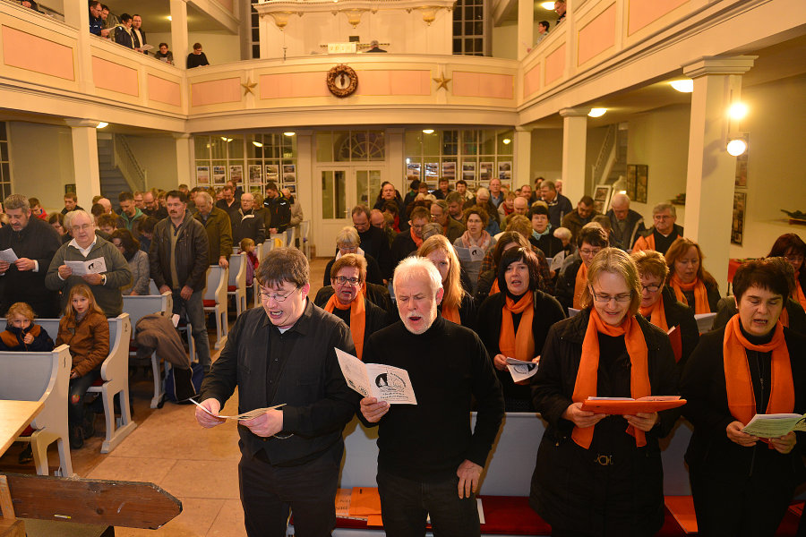 """Ein Dorf singt gemeinsam """"Freude schöner Götterfunken"""" ... initiiert von Michael Kreskowsky (vorn links)."""