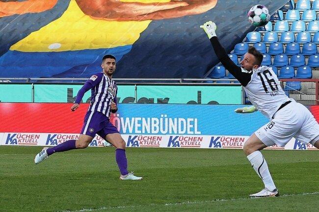 Dimitrij Nazarov zirkelt den Ball an Eintracht-Torwart Jasmin Fejzic vorbei zum 1:0 für den FC Erzgebirge ins Netz.
