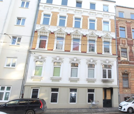 In der Nacht zum Dienstag ist es in einem Mehrfamilienhaus an der Plauener Haydnstraße zu einem schweren Brand gekommen. Im Haustürbereich sind noch Rußspuren zu erkennen.