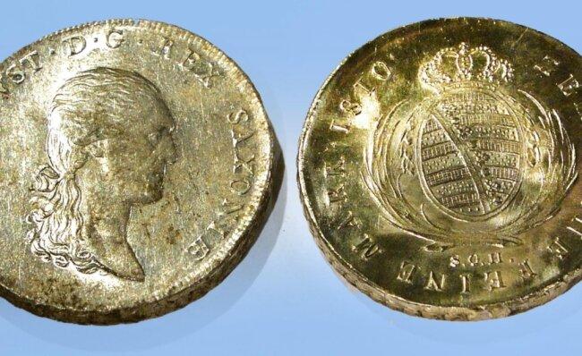 Wie man weiß, schauen Kurfürsten auf alten Talern nach rechts, so wie Friedrich August I. auf diesen echten Münzen von 1810.