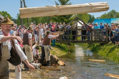 So kennen und schätzen die Besucher das Flößerfest in Muldenberg. Traditionell im Mai wird in einem Teil des historischen Floßgrabensystems die Scheitholzflößerei vorgeführt. Ob das in diesem Jahr wieder möglich ist, steht noch nicht fest.