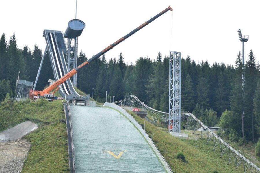 Masten für Windsegel in der Vogtland-Arena werden gesetzt